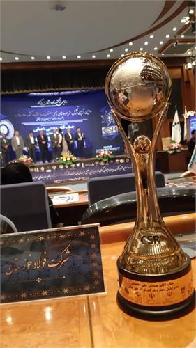 تندیس زرین مسئولیت پذیری اجتماعی در دستان فولاد مردان خوزستان
